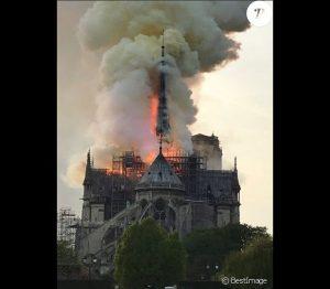 4723109-incendie-de-la-cathedrale-notre-dame-de-637x0-2